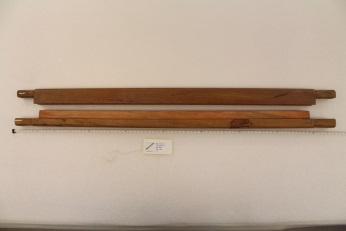 兩側向外延伸的握柄,做維繫綁腰帶的線繩使用。