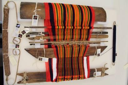 2個綜洸線的組織工序,為斜紋組織的織作方式,織作面朝上呈現平紋組織,完成的布面朝下,則為斜紋的組織織紋