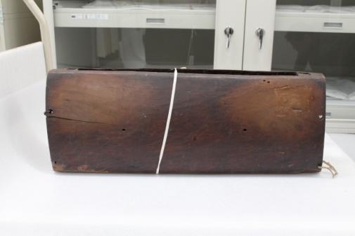 原木整體挖鑿中空而成形,單面的兩端挖鑿2個孔洞做維繫綁固定使用。