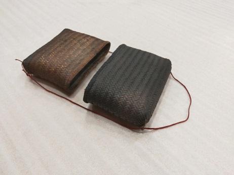 籐盒:本件為女性用配掛在胸前的小收納盒,族語稱為pasinnagan。