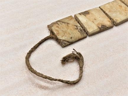 本件典藏品除了苧麻線材及獸骨外,並無其他的配件halab(裝飾)。