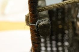 條附加在籃身的透孔六角編的區塊處