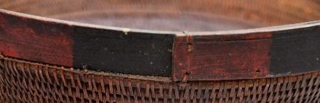 上緣收編:藤條以打結縫綴法加於
