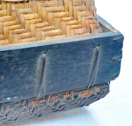 外層處加木框以夾條縫紮