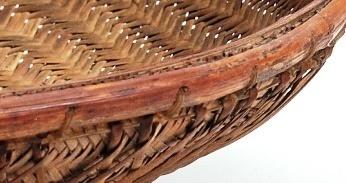 上緣處加入剖半藤條以夾條縫編法收邊