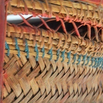 立面:以斜紋編至一半以夾條縫紮法再接簡單合逢螺旋編法收邊