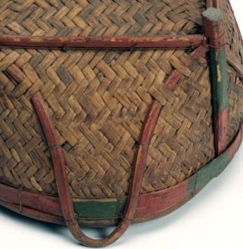 四面提耳以附條打結縫綴在藤身並對稱插入藤編縫隙,最後縫收於四角立柱