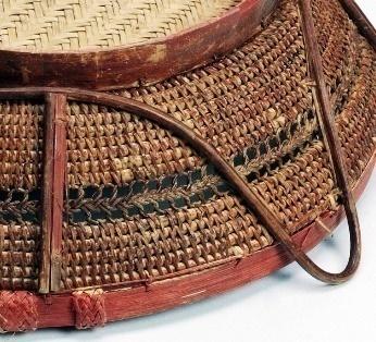 四面提耳以及立柱以附條打結縫綴在藤身