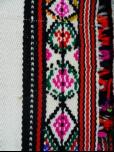 夾織設計顏色活潑,以黑色經線為中心,菱形多層填滿外框。