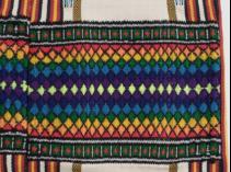 聖經中的彩虹與十字架織造在服裝上