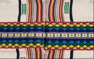 經線4色,直條紋夾織緯線10色,背後綴織圖案9色,色彩使用整體而言平均,紅、黑使用最多。採用螢光色。