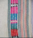 黑點直條紋呈現許多色彩組合方式(由上而下依序為粉紅色 藍色 紅色)