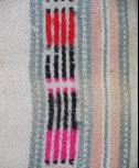 黑點直條紋呈現許多色彩組合方式(由上而下依序為紅色 黑色 粉紅色)