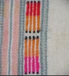 黑點直條紋呈現許多色彩組合方式(由上而下依序為紅色 橙色 粉紅色)