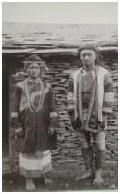 盛裝打扮的南子著布製頭布農族郡社新高頭目夫婦