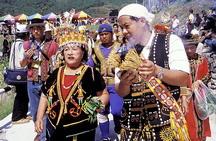 (圖1):東排灣族土板村五年祭女巫師(左)和男祭司(手持點燃的小米梗)帶領男士們進入祭場