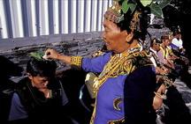 東排灣族所有參與刺球的男士在五年祭刺球儀式前要接受女巫師(李桂香)增強力量的儀式