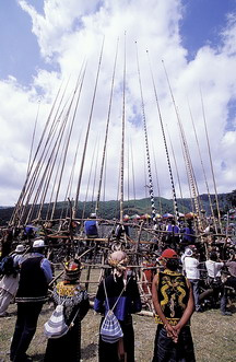東排灣族五年祭男士們坐在刺球檯上進行刺球儀式