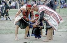 布農族射耳祭祭儀-老頭目帶領小孩射鹿耳及獐耳