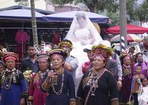 (西魯凱好茶村婚禮 ):西魯凱好茶村婚禮 (前拿麥克風者-歐美麗為主要婚禮負責人,新娘杜寒梅被伴娘抱做在轎子上)圖片提供:黃芳琪