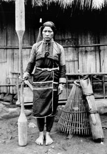 盛裝的女子與工具(杵、捕魚籠等):轉載自 鳥居龍藏眼中的台灣原住民-跨越世紀的影像,1994:141