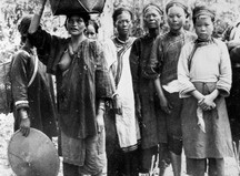 噶瑪蘭加禮宛群-有的人手持斗笠有的頭頂竹籠、背竹簍:轉載自 鳥居龍藏眼中的台灣原住民-跨越世紀的影像,1994:152