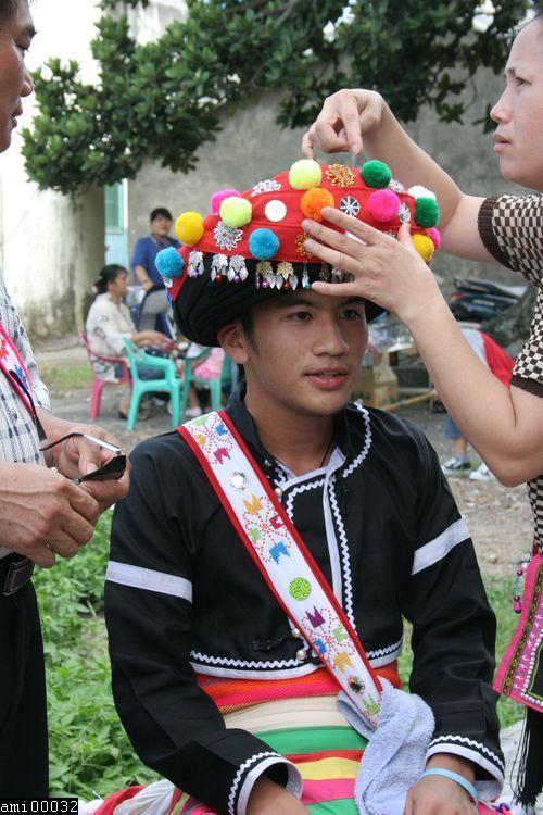 頭戴阿美族頭飾的青年