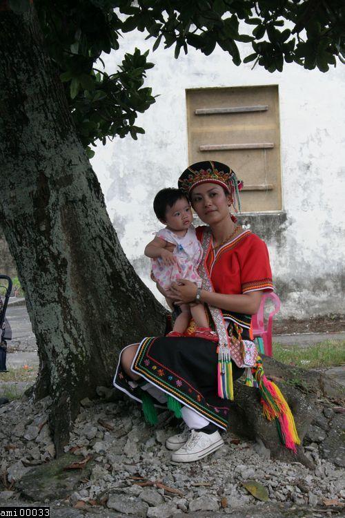 樹下的阿美族婦女與小孩