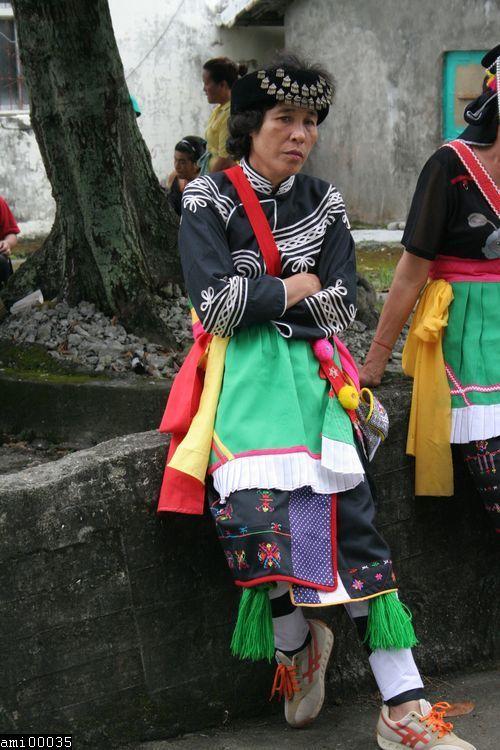 倚靠石牆的阿美族女性