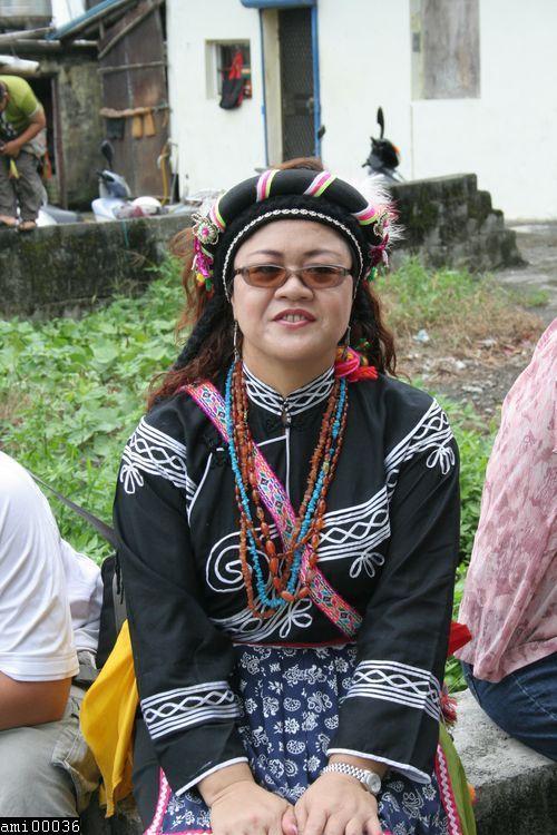 雙手放於腿上坐著的阿美族女性