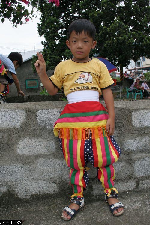 站立的阿美族小男孩