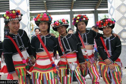 五位頭戴頭飾的阿美族青年