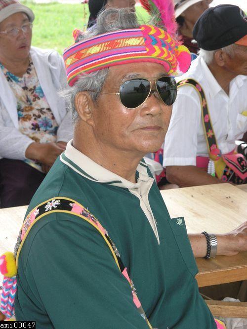 戴墨鏡阿美族男性耆老