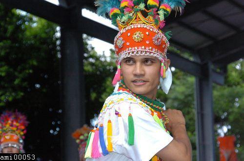 頭戴華麗頭飾舞蹈中的阿美族男性