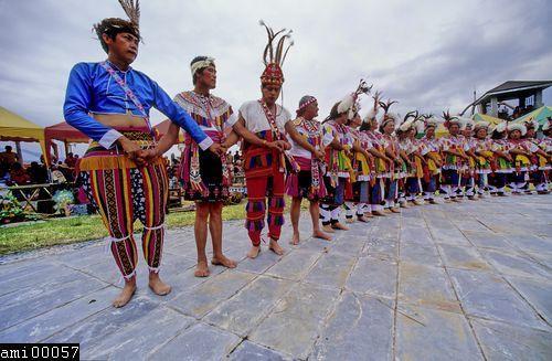 舞蹈中的阿美族族人們