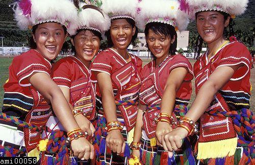 手戴首飾的阿美族女性