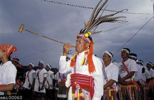 頭戴羽毛頭飾的阿美族男性