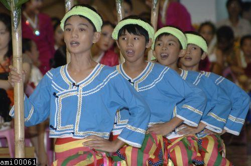 唱歌舞蹈中的阿美族小孩們
