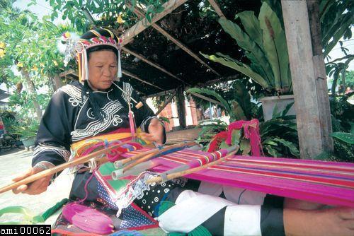 編織中的阿美族婦女