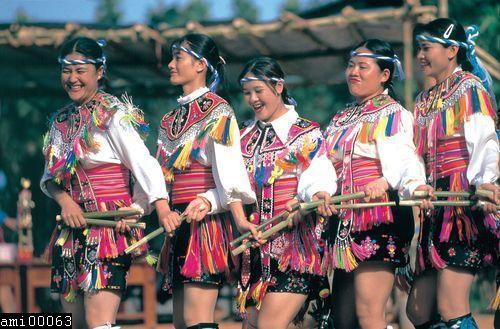 手拿竹竿舞蹈的阿美族女性