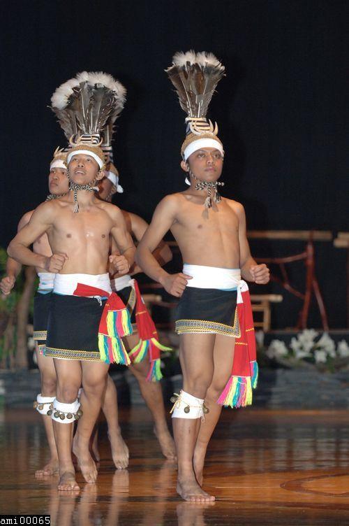 舞蹈中的阿美族男性青年