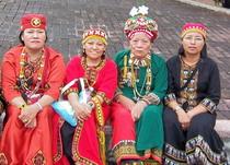 魯凱族高雄市都市原住民(右起黑衣女子:柯玉卿、歐玉葉、麥秀菊等)圖片提供:黃芳琪