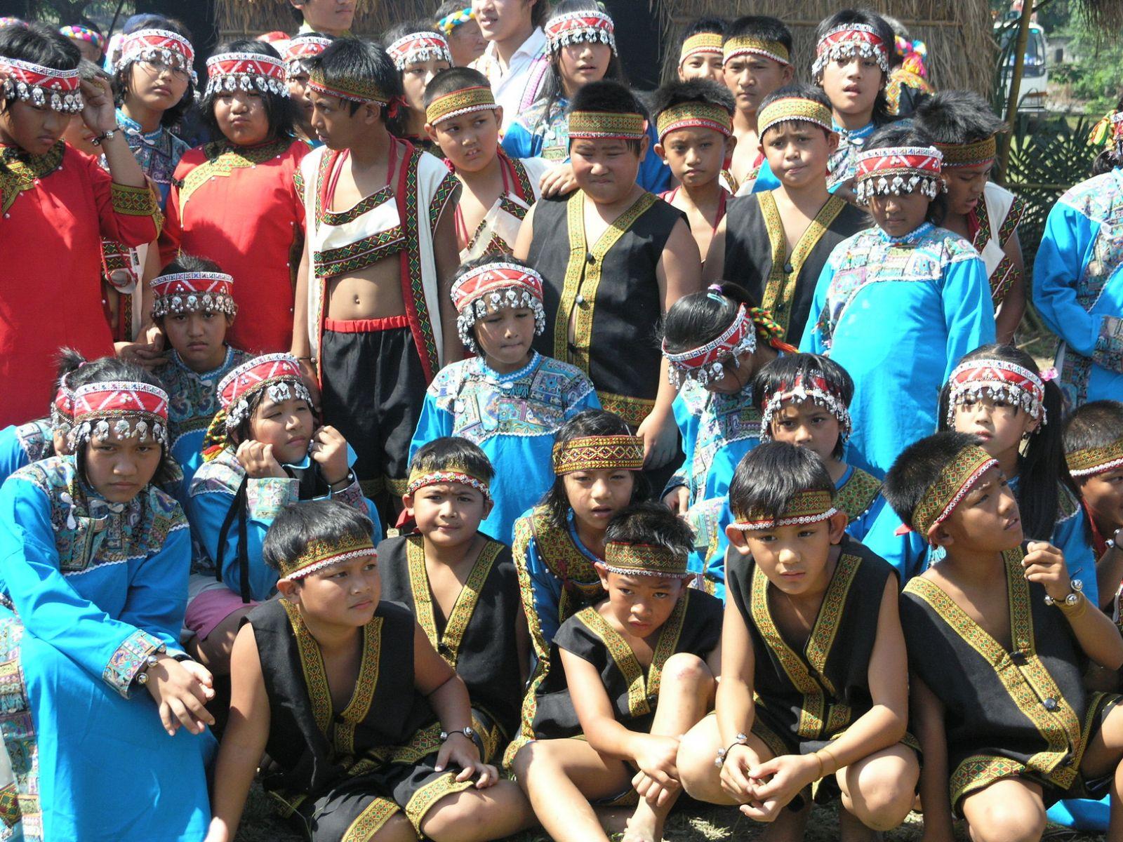 延平鄉孩童穿布農傳統服飾合照