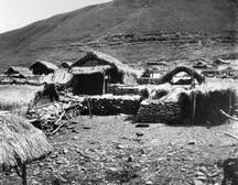 早期雅美族的家屋,轉載自 鳥居龍藏眼中的台灣原住民-跨越世紀的影像;,1994:63