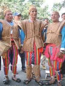 阿美族男性穿樹皮衣